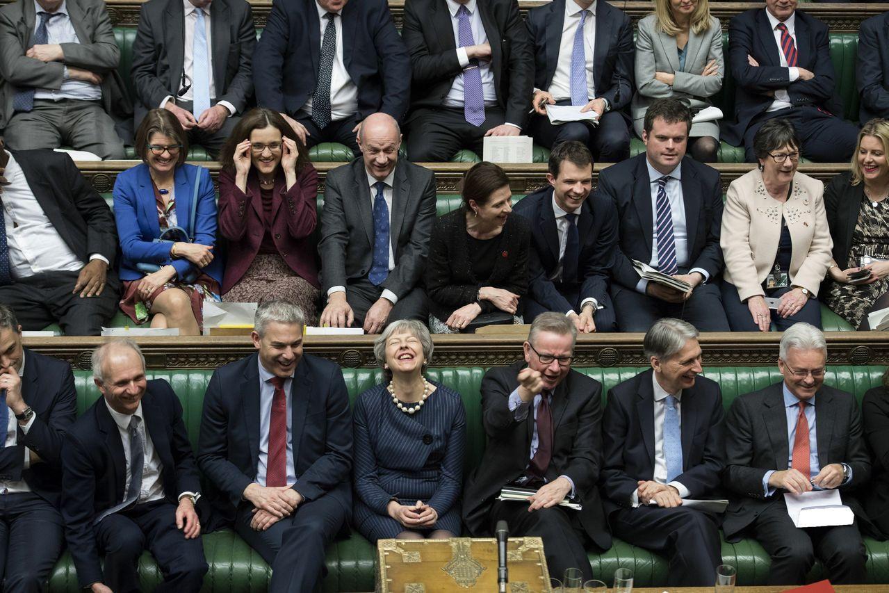 英國首相梅伊周四終於贏得國會對延期脫歐的支持,心情寫在臉上。美聯社