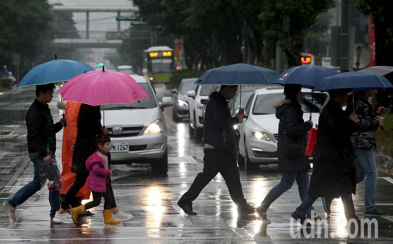 中央氣象局表示,今天清晨受到鋒面通過影響,中部以北及宜蘭、花蓮出現明顯的雨勢,南...
