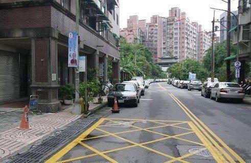 基隆暖碇路道路人行道都狹小,長期困擾公共運輸車輛和民眾行走,經向中央爭取經費,連...