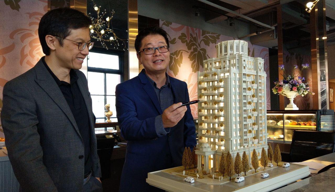 建築師王銘聰(右)說明,「台中厝」精神包括垂直綠化、跳層大陽台、深窗等。記者趙容...
