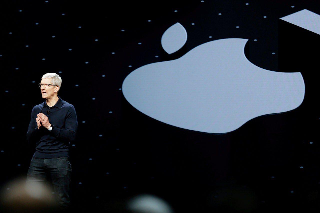 蘋果執行長庫克去年在全球開發商會議上演講的檔案照片。 路透