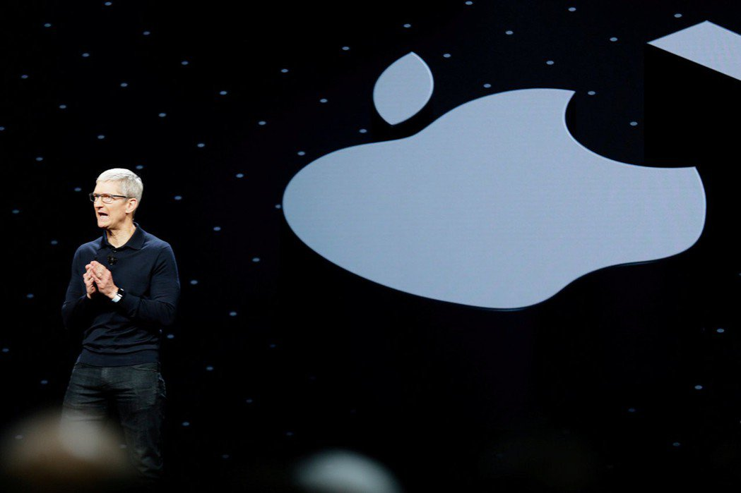 蘋果執行長庫克去年在全球開發商會議演講的檔案照片。  路透