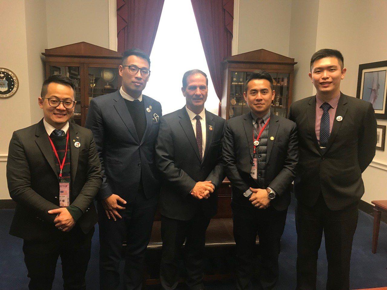 基隆市長林右昌率領的訪問團於美國時間13日下午,前往國會山莊拜會3名聯邦眾議員,...