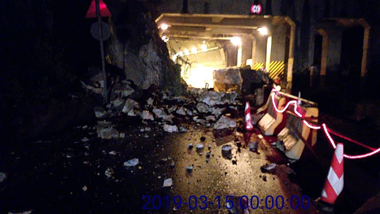 台9線大清水隧道南口今天凌晨降下巨石阻斷交通,公路單位趕往處理。圖/公路總局提供