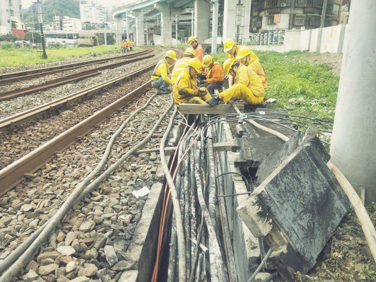 基隆站大誤點因電纜線半夜冒煙起火,目前全力搶修中,台鐵指外力因素可疑,調查中。記...