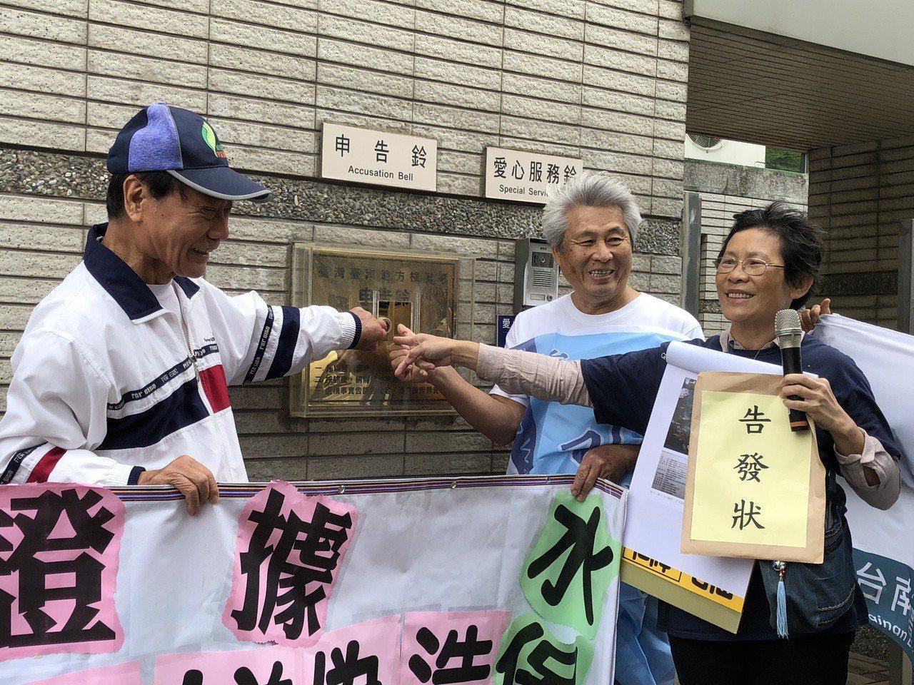 環團上午前往台南地檢署按鈴申告,質疑歐欣公司水保計畫涉嫌偽造。記者邵心杰/攝影
