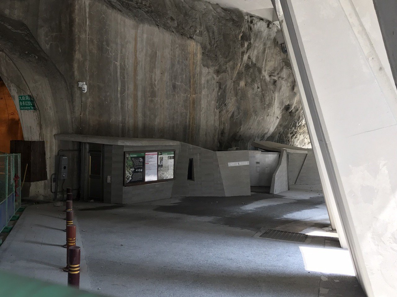 花蓮太魯閣九曲洞步道入口有解說牌、公廁等設施。記者王燕華/攝影