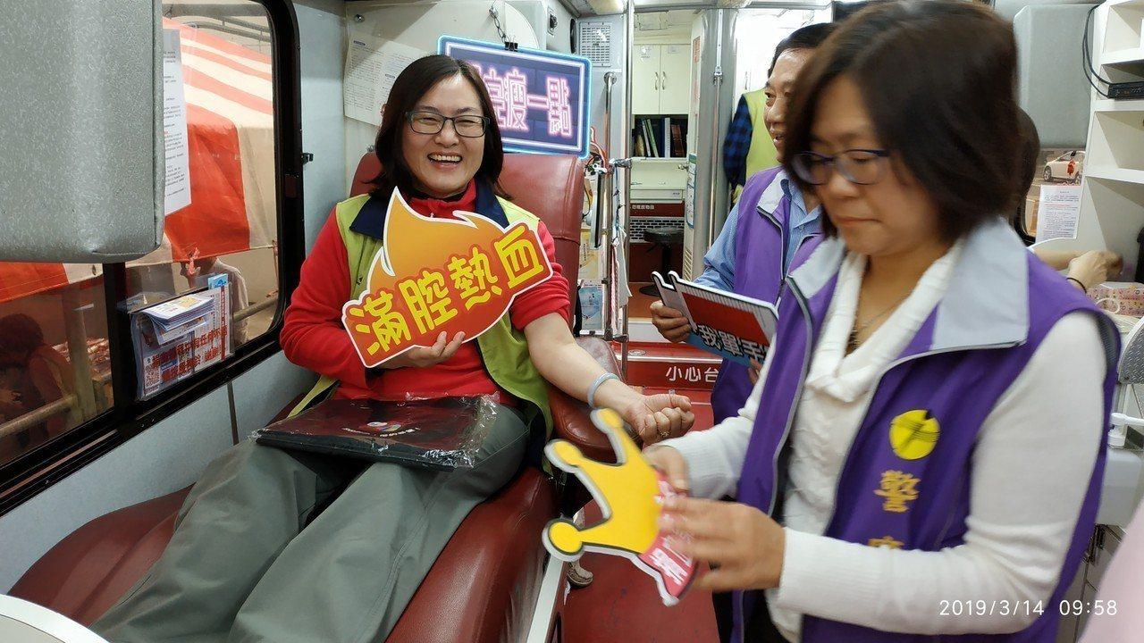 花蓮林管處長楊瑞芬(左)昨也到場捐血。記者王燕華/翻攝