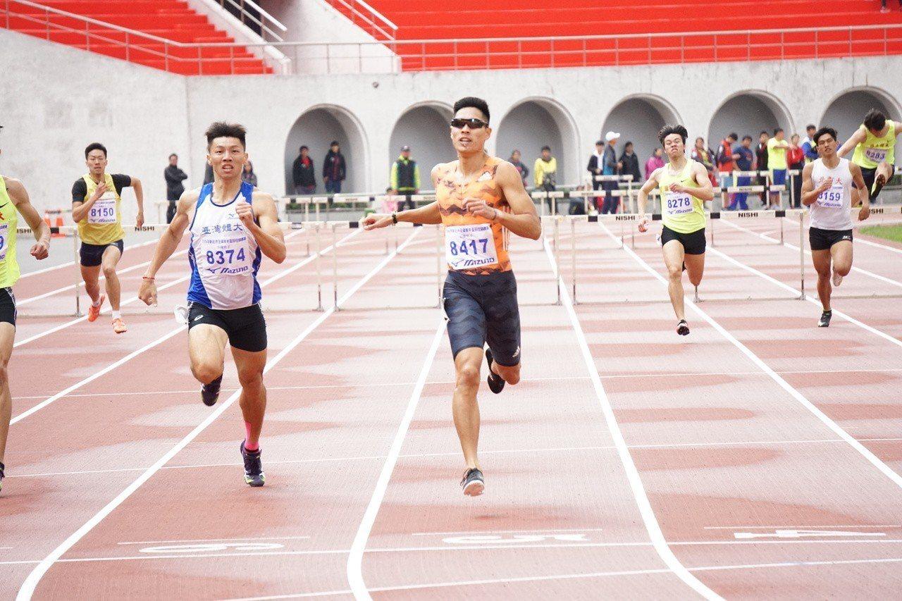 跨欄王子陳傑(中)在男子400公尺跨欄摘金。記者劉肇育/攝影