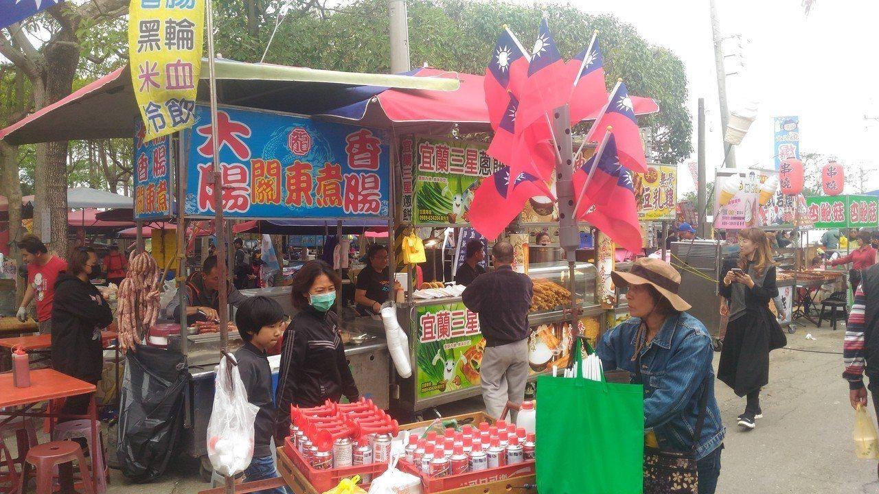 販售國旗和汽笛的攤商,推著攤車進入「鮪瑜秀」農漁產嘉年華會會場。記者黃宣翰/攝影