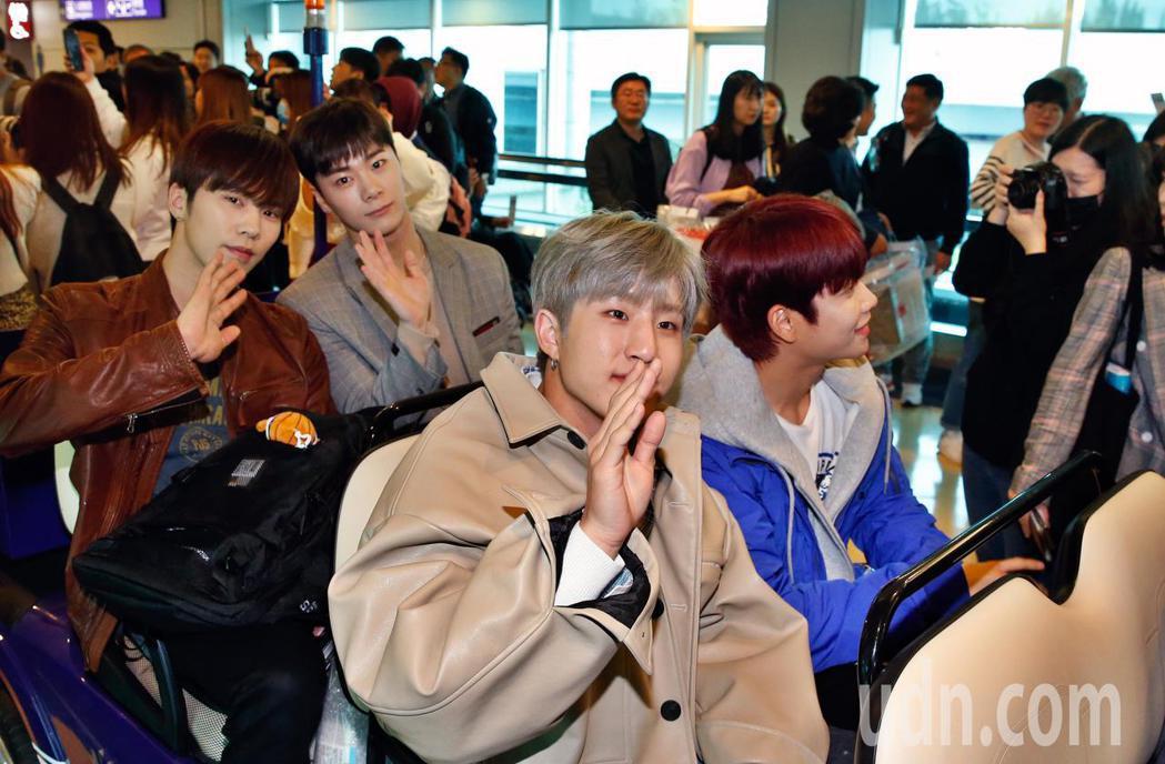 韓國男團「ASTRO」中午抵台,4人開心地向粉絲揮手致意。記者鄭超文/攝影