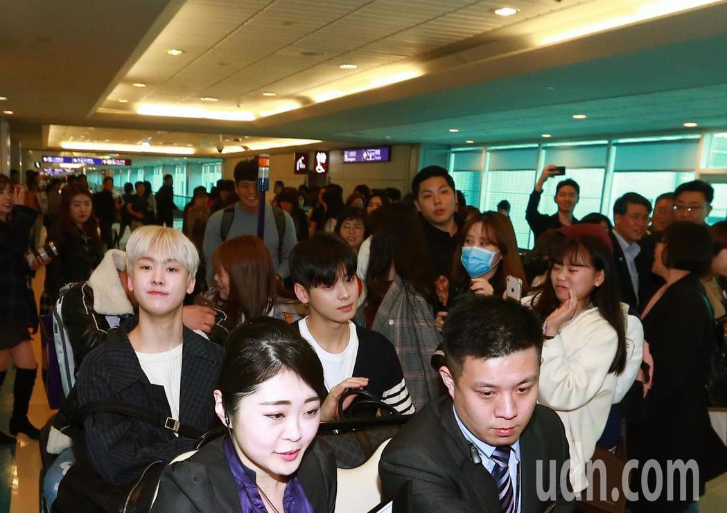 韓國男團「ASTRO」中午抵台,管制區內有約30位粉絲接機。記者鄭超文/攝影
