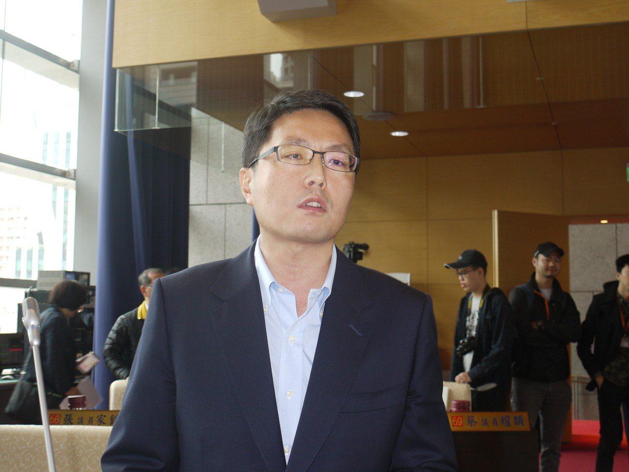 台中市長盧秀燕的「空汙、總統交管」發言引起討論,民進黨議員林德宇提案,要求成立空...