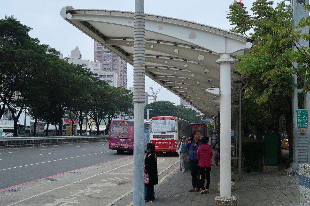 高雄市831座公車、計程車候車亭、哈瑪星旅運接駁中心候車亭及高鐵左營站前候車亭全...