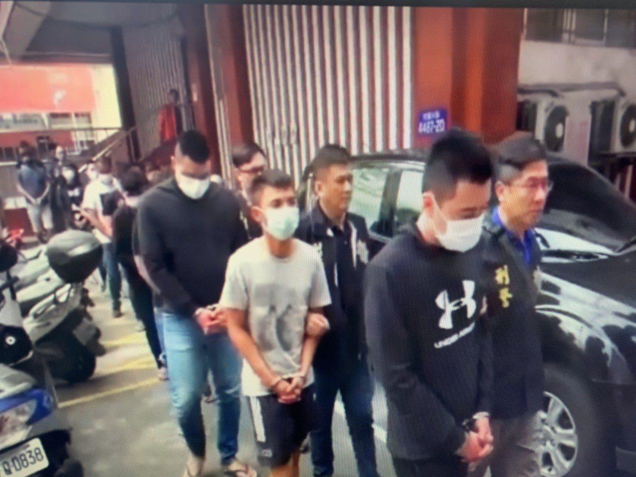 警方逮捕洪姓男子(前排左一)為首共12人到案。記者劉星君/翻攝