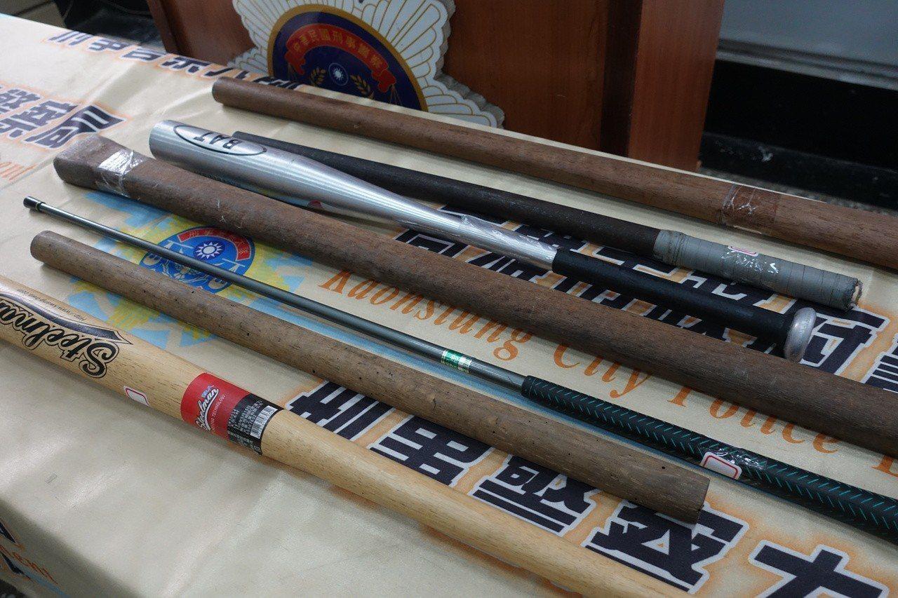 警方查扣折疊刀、棍棒等物品。記者劉星君/攝影