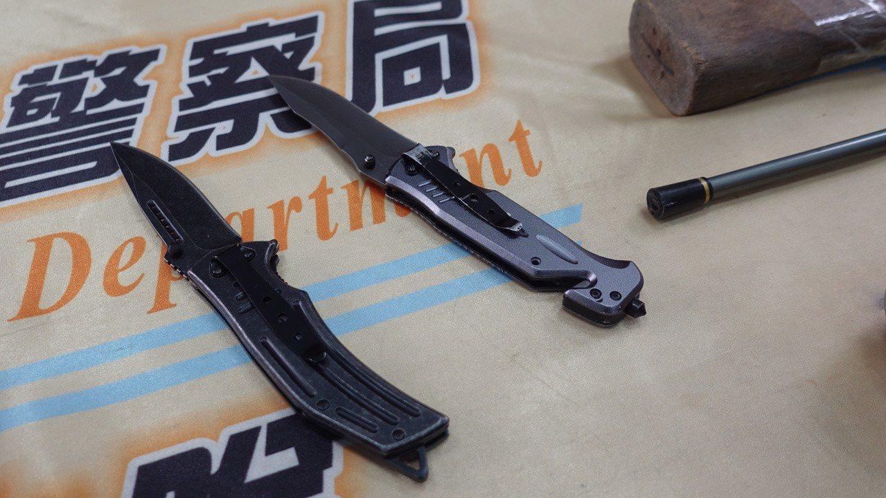 警方查扣折疊刀。記者劉星君/攝影