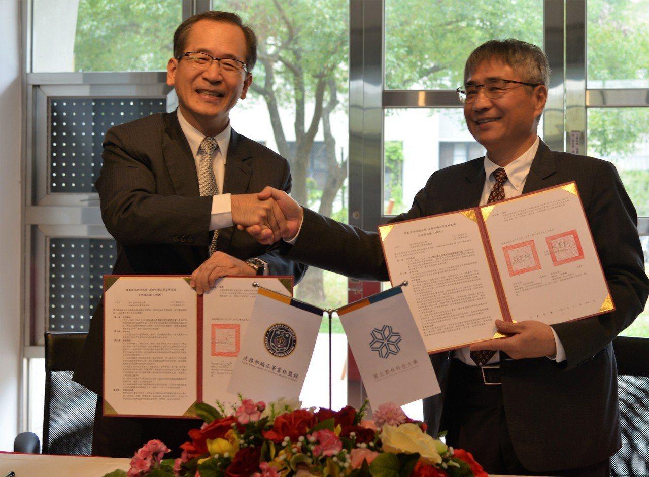 雲林科技大學校長楊能舒(右)今天與雲林監獄典獄長林憲銘(左)簽署合作備忘錄,未來...