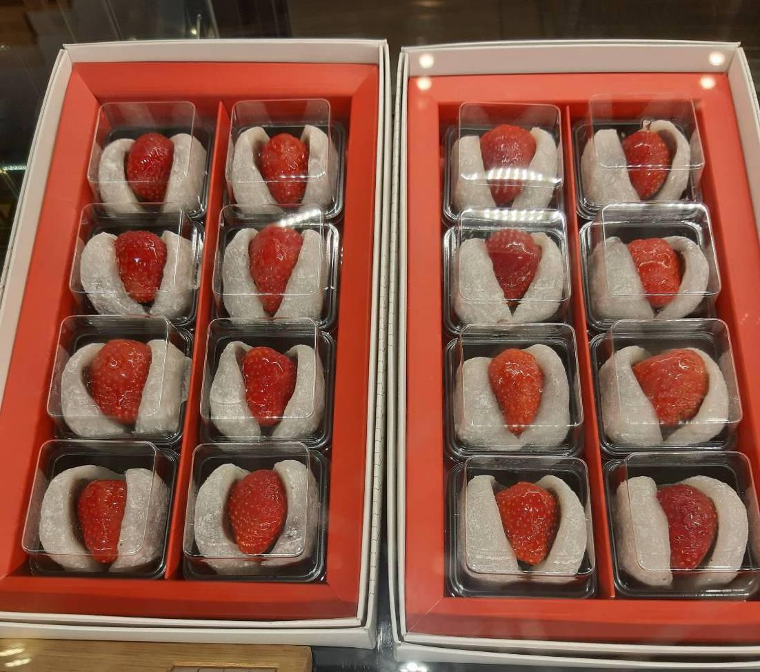 「滋養豆餡鋪」店面販售的整盒草莓大福外型誘人。圖/讀者提供