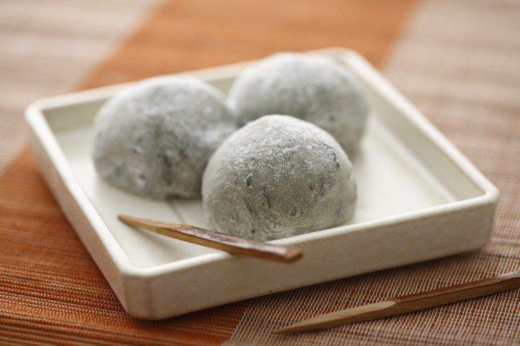 「滋養豆餡鋪」春季艾草麻糬口味甜與微苦交織,和諧又清甜。圖/滋養豆餡鋪提供