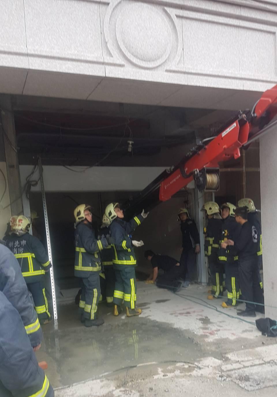 新北市板橋區一處工地今天傳出工安意外,一名工人疑似不慎從一樓墜落至地下2樓,消防...