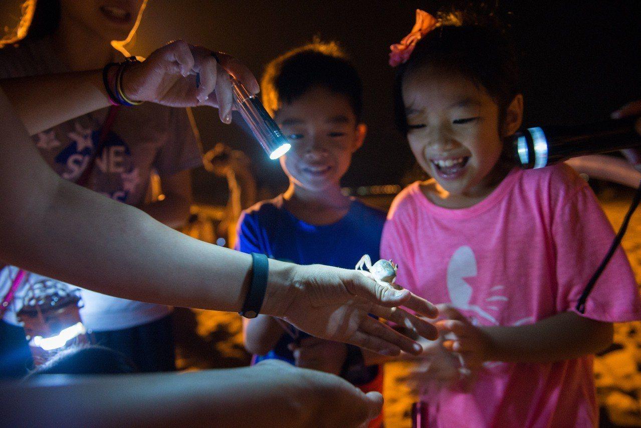 福隆國際沙雕藝術季,住福容飯店可參加夜訪沙蟹生態體驗活動。圖/福容大飯店福隆提供...