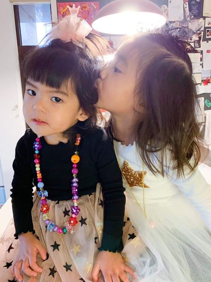 咘咘(右)獻吻,Bo妞卻一臉嫌棄。圖/摘自臉書