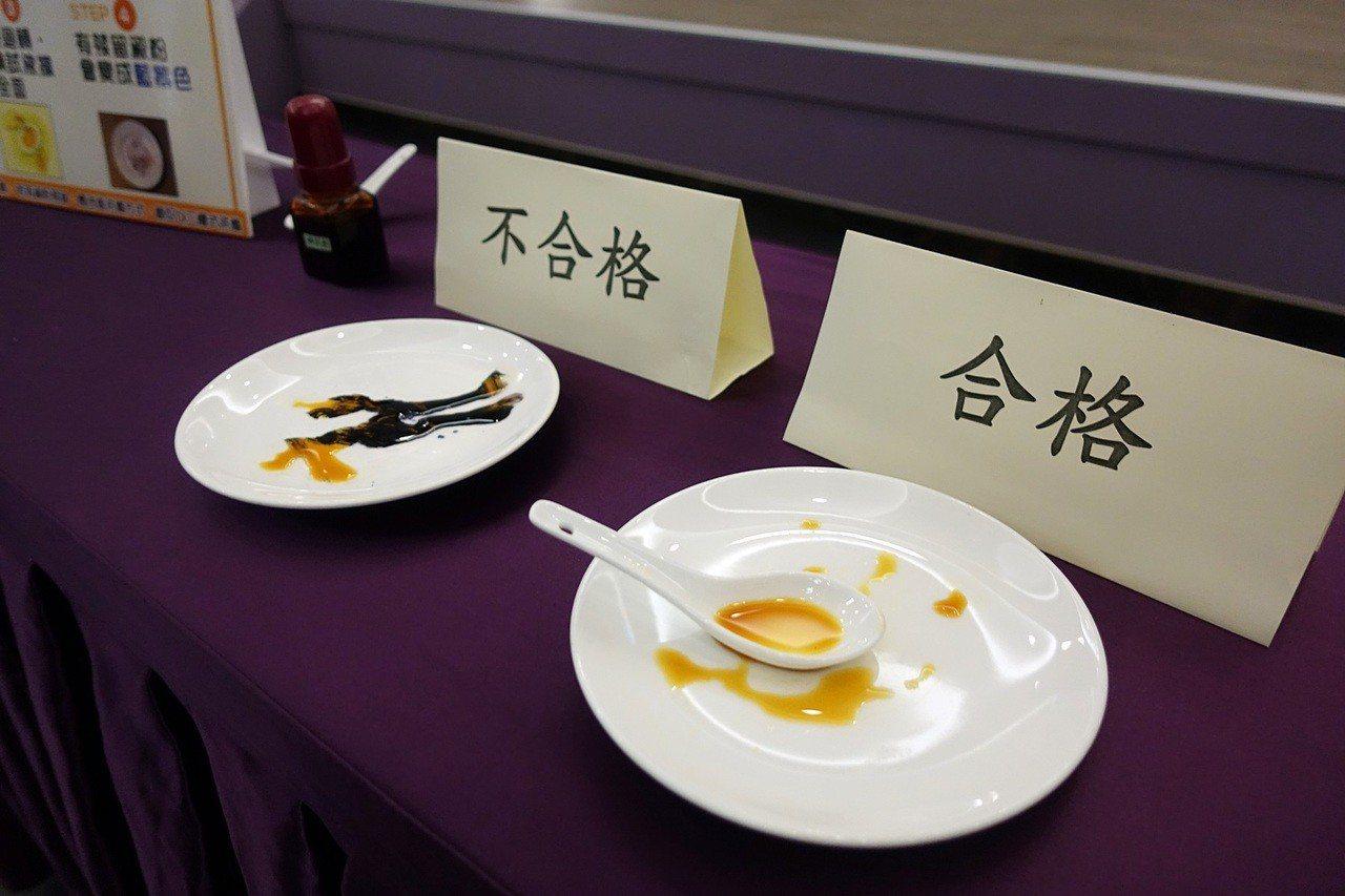 嘉義市府在啟動儀式上示範餐具清潔檢視方法,利用間許的碘酒讓餐盤上的殘餘澱粉現形。...