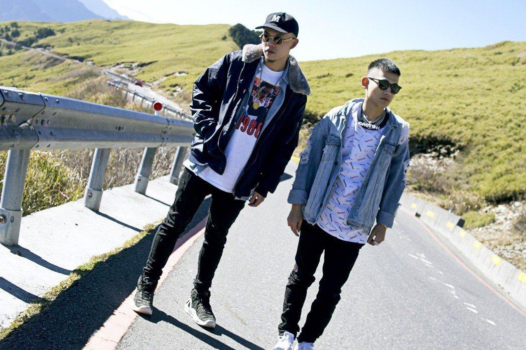 草屯囝仔團員樞育(左)在3200公尺山上拍MV,導致高山症發作。圖/混血兒娛樂提...