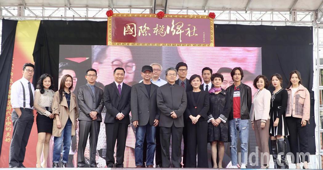 文化部長鄭麗君(前右六)下午在台北西門紅樓外,與眾演員楊烈(前右七)、周孝安(後