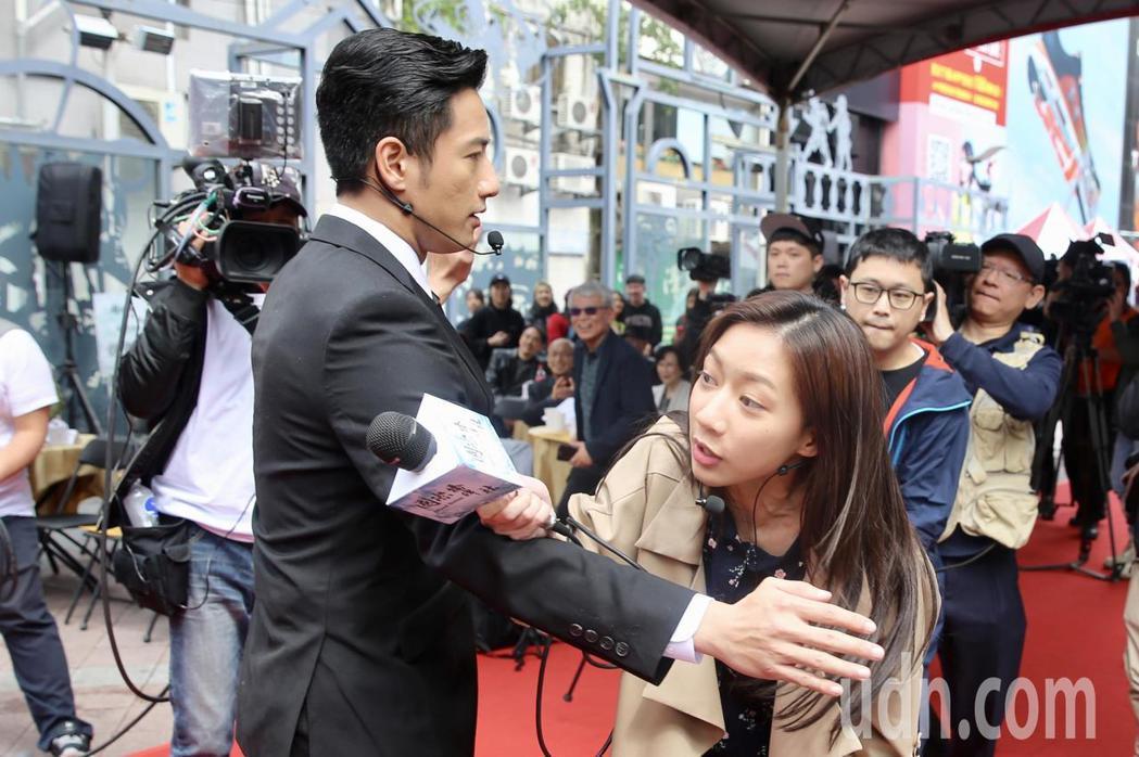 演員周孝安(前左)、陳妤(前右)昨天在台北西門紅樓外,出席政治電視劇「國際橋牌社...