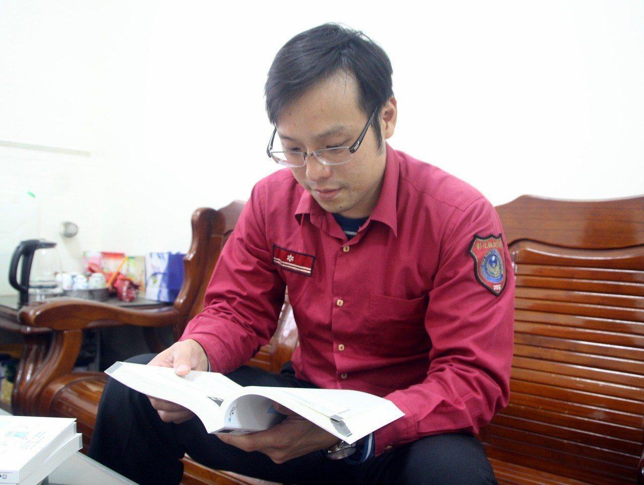 田尾消防分隊長蔡欣翰利用零碎時間念書,考取律師。記者林敬家/攝影