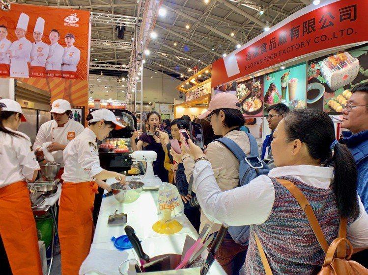 烘焙師傅與民眾現場互動。記者張芳瑜/攝影