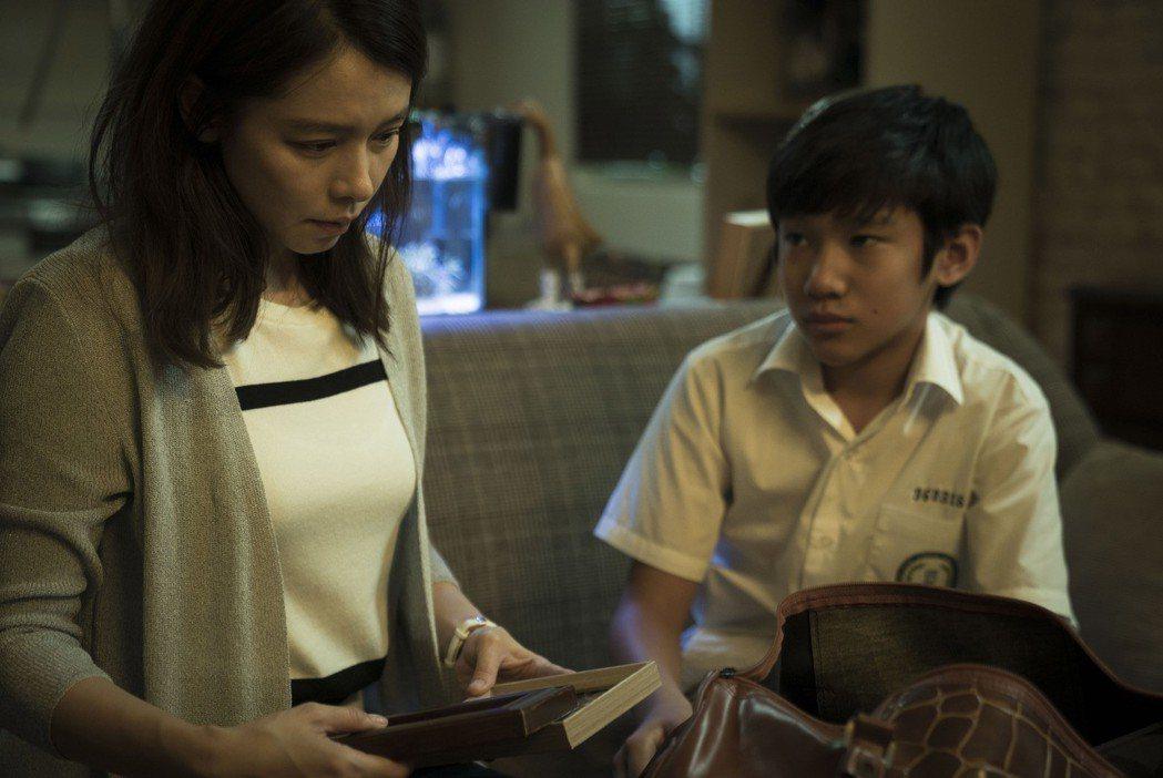 徐若瑄(左)去年為拍「人面魚:紅衣小女孩外傳」,挑戰高難度驚嚇演出,但只要一回家...