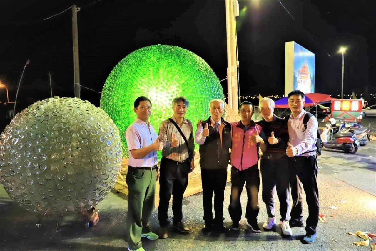 在台灣燈會被讚譽如「夜明珠」的「恆春風巢」,在屏東縣恆春鎮福興宮中軍府廟埕點亮展...