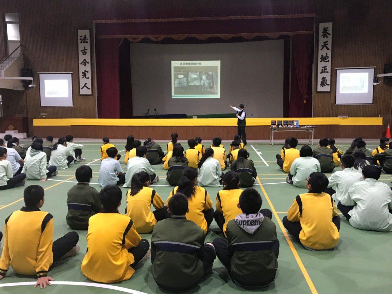 宜蘭縣警察局少年隊今天指出,新興毒品多樣化、成分複雜化,還會偽裝,學生有必要「識...