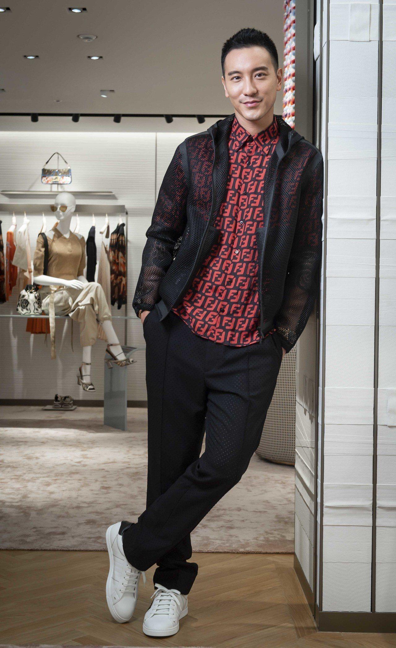 王陽明身穿FF logo紅色上衣17,200元、網狀外套83,900元、長褲 2...