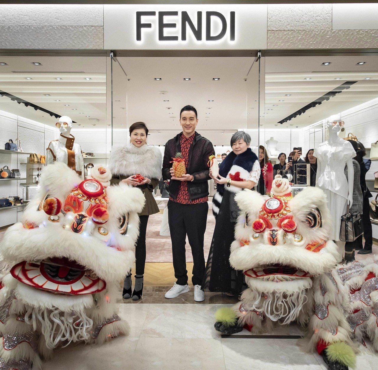 參與高雄漢神FENDI精品店舞獅開幕儀式的王陽明感到相當驚喜,他身穿FF log...
