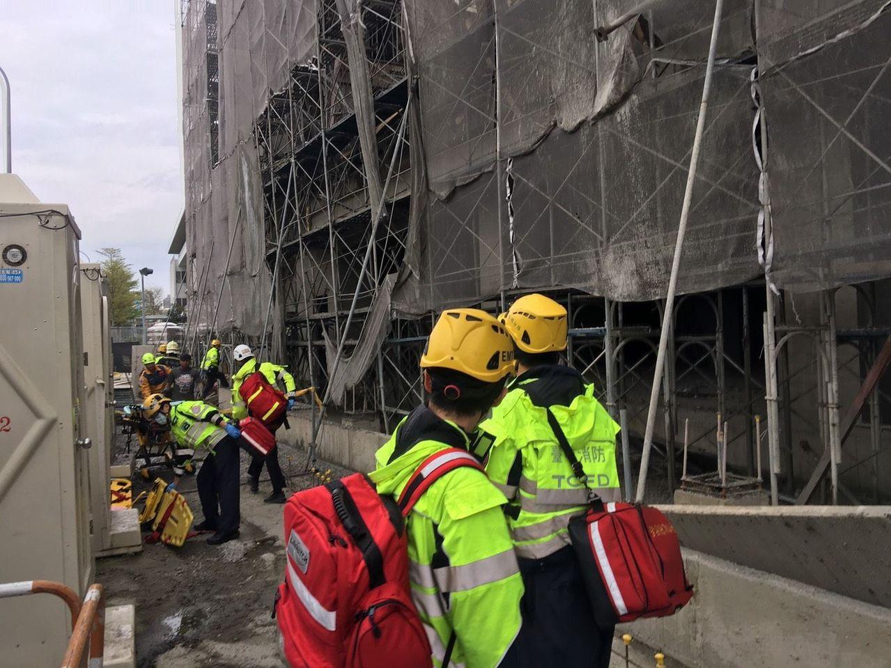 台中市市政南一路一處工地傳出工安意外,台中市消防局人員到場搶救。圖/台中市消防局...
