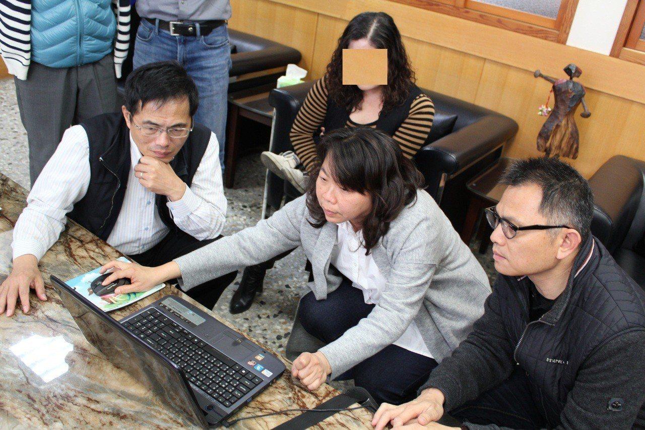 公所人員在警方協助下破解電腦密碼,找到失主。圖/埔心公所提供