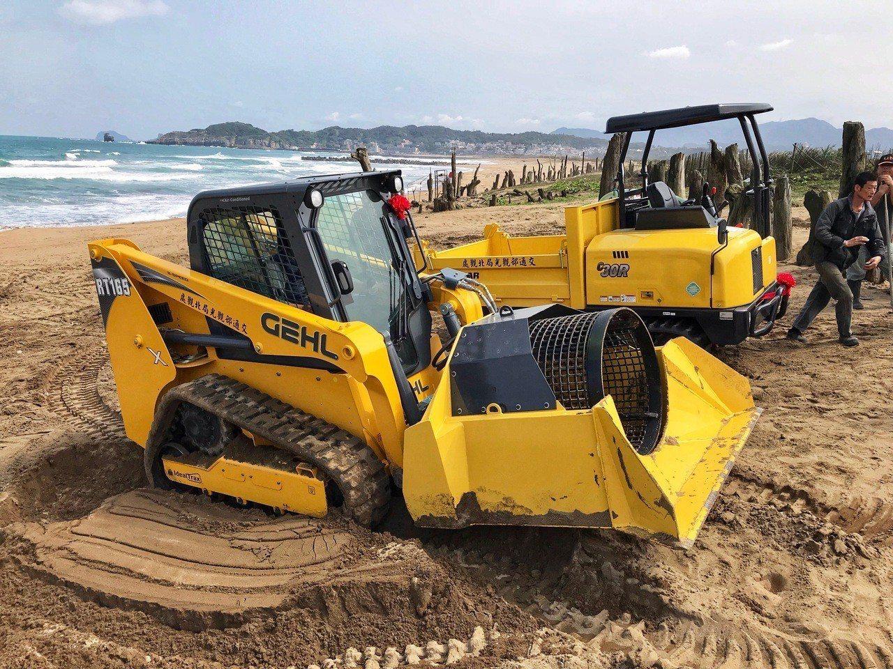 交通部觀光局北觀處近日購置一組履帶式鏟裝車、搬運車,是沙灘好幫手,今天下午在北海...