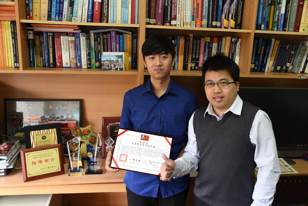 中山大學光電系學生湯承哲(左)表現優異,就學期間就先取得台積電「門票」,副教授洪...