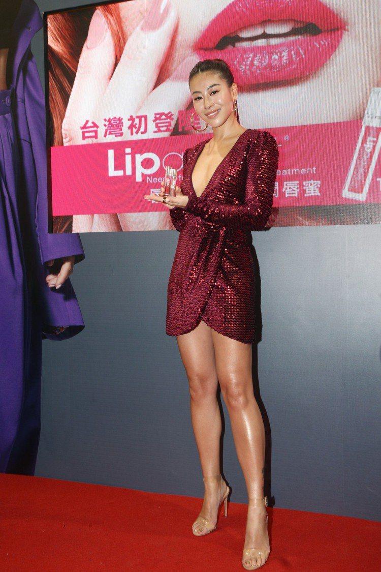 蔡詩芸身穿深V火辣紅色洋裝,現身台北春夏國際美容化妝品展。記者蘇健忠/攝影