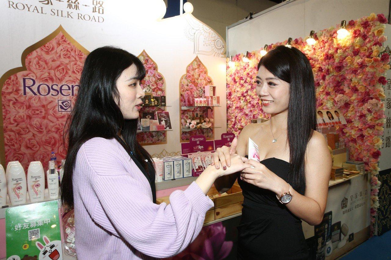 台北春夏國際美容化妝品展現場祭出眾多折扣與優惠,是採買的好時機。記者蘇健忠/攝影