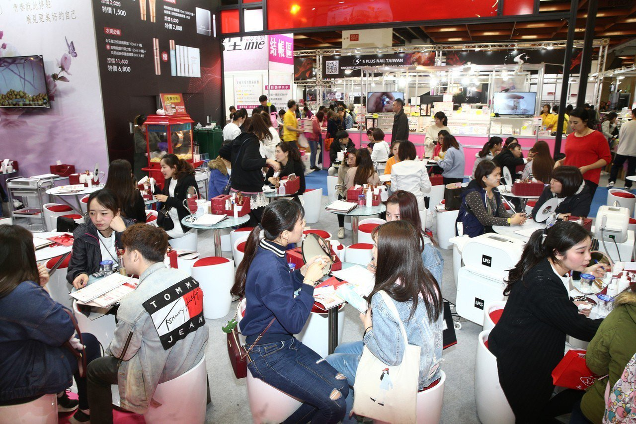 台北春夏國際美容化妝品展即日起至3月18日於台北世貿一館登場,人氣、買氣皆旺。記...