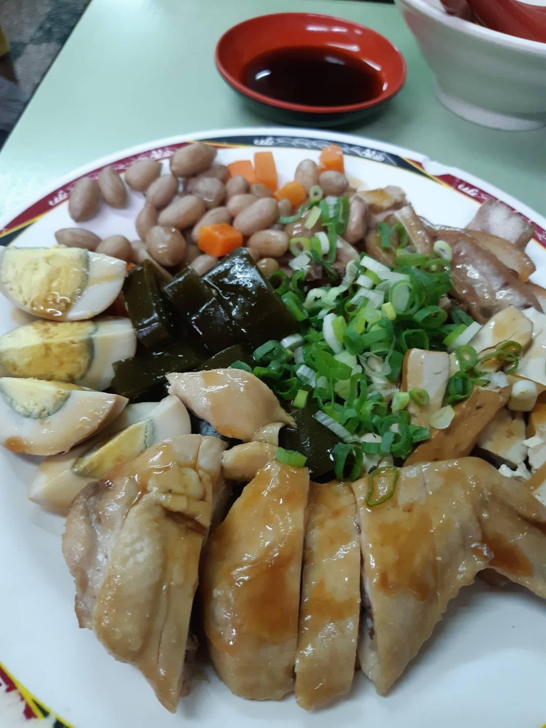 北投非常顯眼的「吳家牛肉麵」小菜豐盛。圖/讀者提供