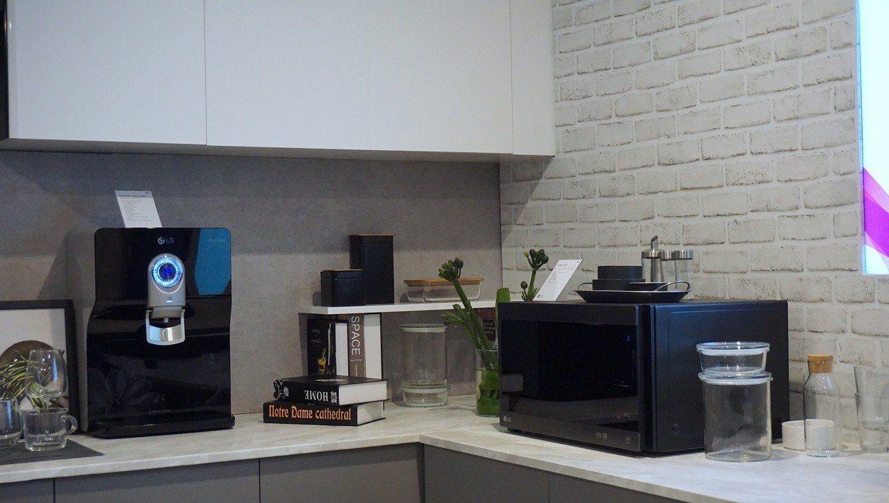 現場也展示了PuriCare淨水器與NeoChef微波烤箱,目前沒有引進台灣計畫...