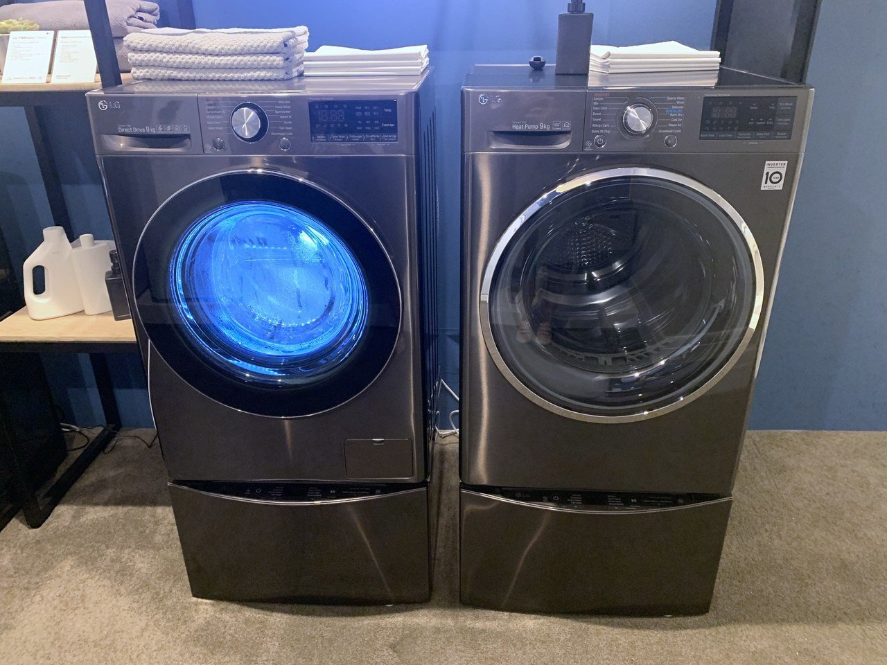 左邊搭載全新INTELLO DD直驅變頻馬達的滾筒洗衣機與右邊Heat Pump...