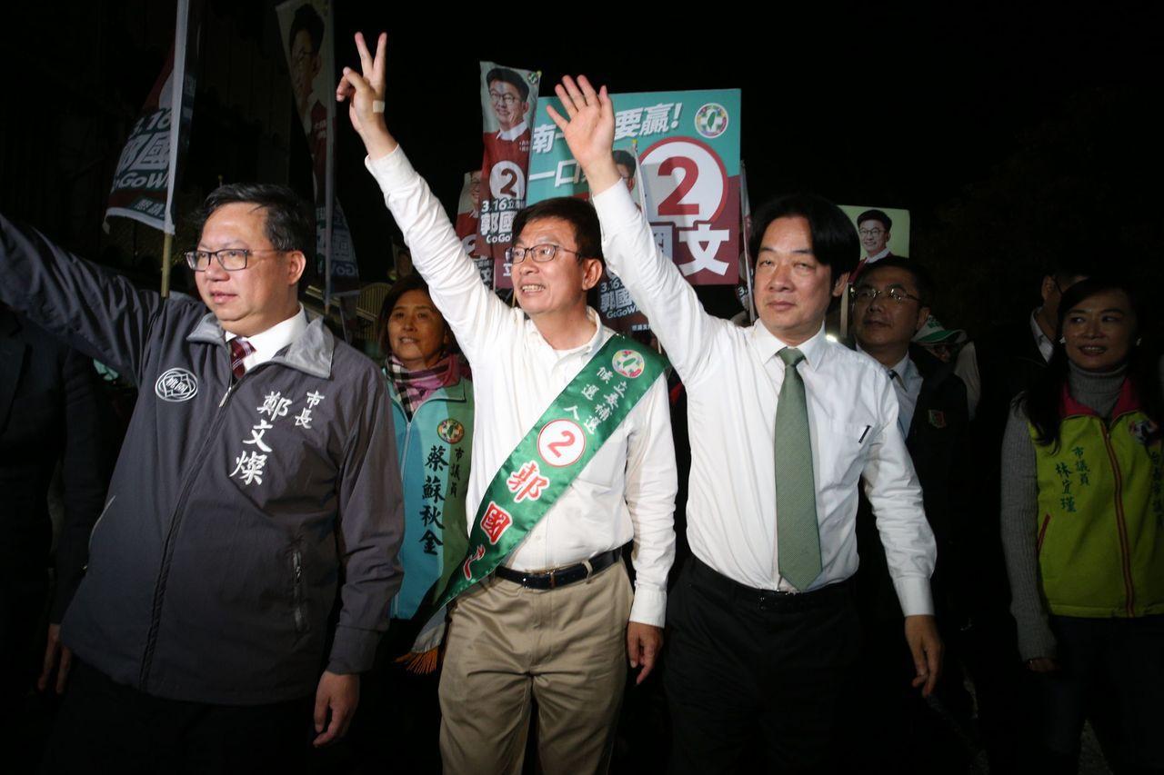 郭國文由賴清德及鄭文燦陪同,徒步在佳里區掃街拜票。記者劉學聖/攝影