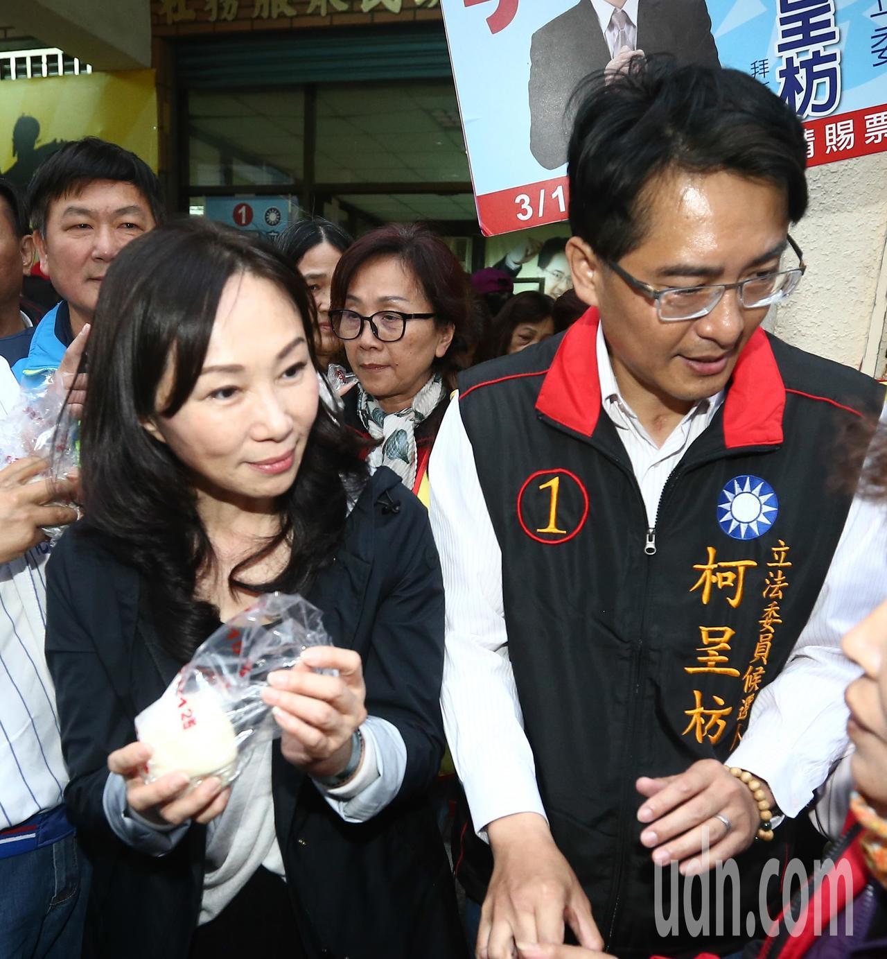 高雄市長韓國瑜夫人李佳芬(左)為國民黨立委補選候選人柯呈枋(右)助選,發放包子給...